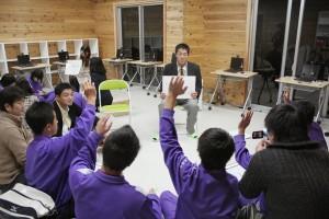 写真10.手を挙げる生徒