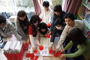 2012年3月、女川向学館で「全員合格」を祝って