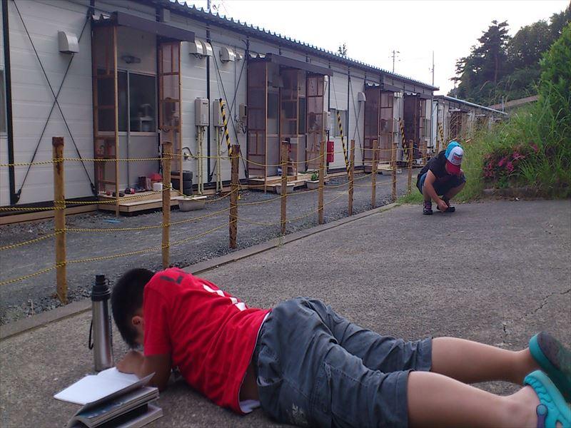 【女川向学館開校前】勉強をする場所がなく、地面で勉強する子ども_R