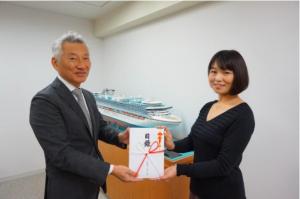 カーニバル・ジャパン代表取締役社長の堀川悟氏より代表・今村に手渡しで目録を頂きました。