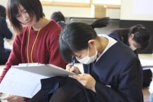 ワークを書いている生徒②